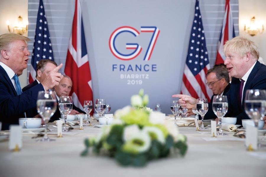 G7峰會第二天,美國總統川普(左一)與英國首相強生(右一)舉行早餐會報。     圖/美聯社