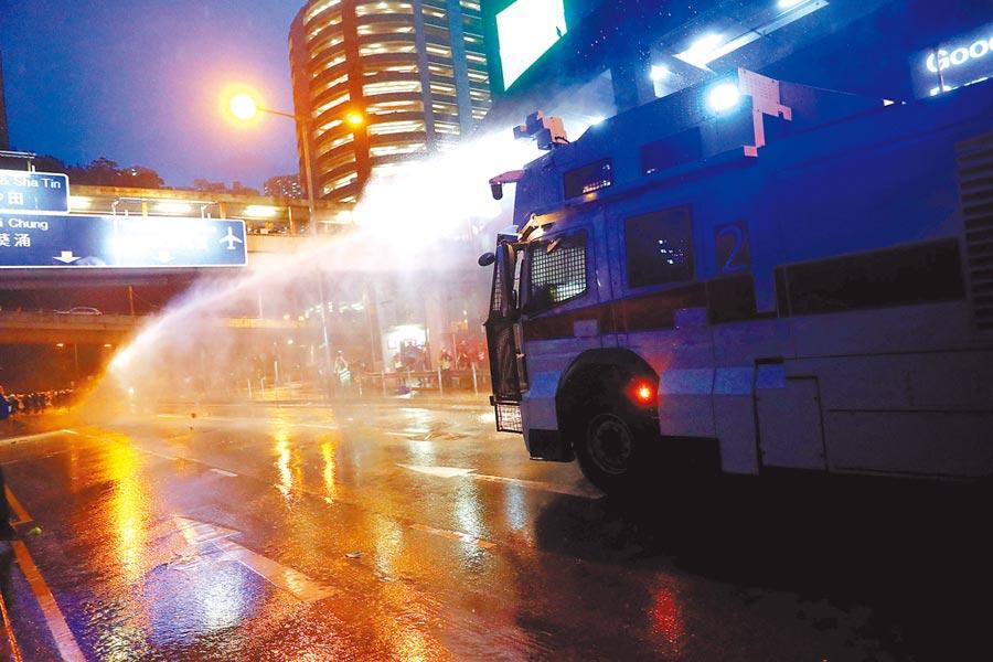 反送中示威者昨日集會遊行,期間數度爆發警民衝突,港警也首度出動「水炮車」驅散。(路透)