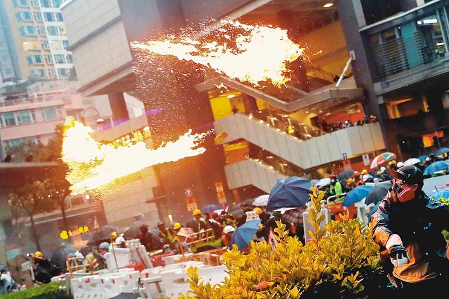 香港反送中警民衝突擴大,示威者在荃灣街道投擲汽油彈,引燃熊熊火光。(路透)