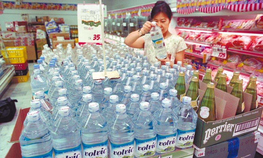 市售瓶裝水的瓶蓋與瓶子屬不同塑膠材料,不易回收再利用,德國學者布朗嘉建議,最好整合為單一材料。(本報資料照片)