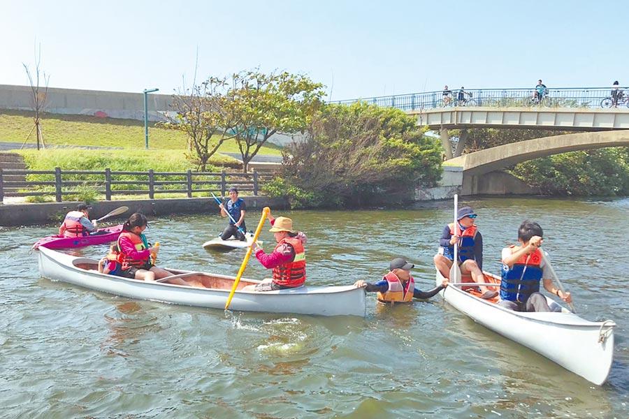 城市行銷處上周在港南運河公園試辦獨木舟體驗活動「試水溫」,活動開放報名後1小時內就額滿,當天吸引百名水上活動愛好者同樂,可見港南運河極具發展水域活動的觀光潛力。(羅浚濱翻攝)