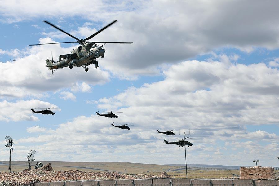 俄羅斯「東方-2018」戰略演習,中俄兩軍緊密協作。圖為2018年9月13日,俄方直升機群進入演習地域,開始實施機動防禦。(新華社)