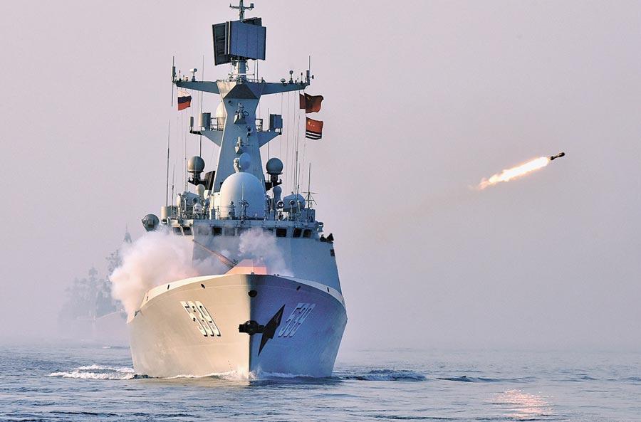 5月3日,中俄「海上聯合-2019」軍事演習,一艘中國海軍飛彈護衛艦在聯合反潛科目中實施火箭深彈發射。(新華社)