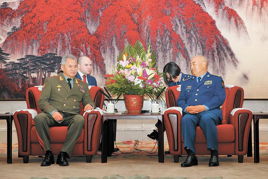 2018年4月24日,大陸中央軍委副主席許其亮(右)在北京會見俄羅斯國防部長紹伊古(左)。(中新社)