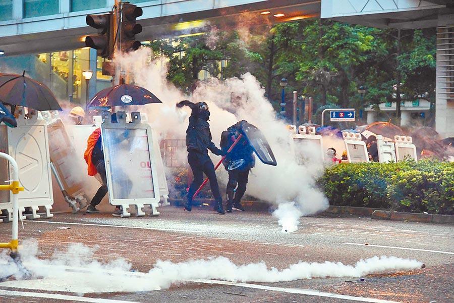 8月25日,香港葵青示威遊行活動再次演變成騷亂,有示威者準備向警方投擲磚塊及汽油彈。(中新社)