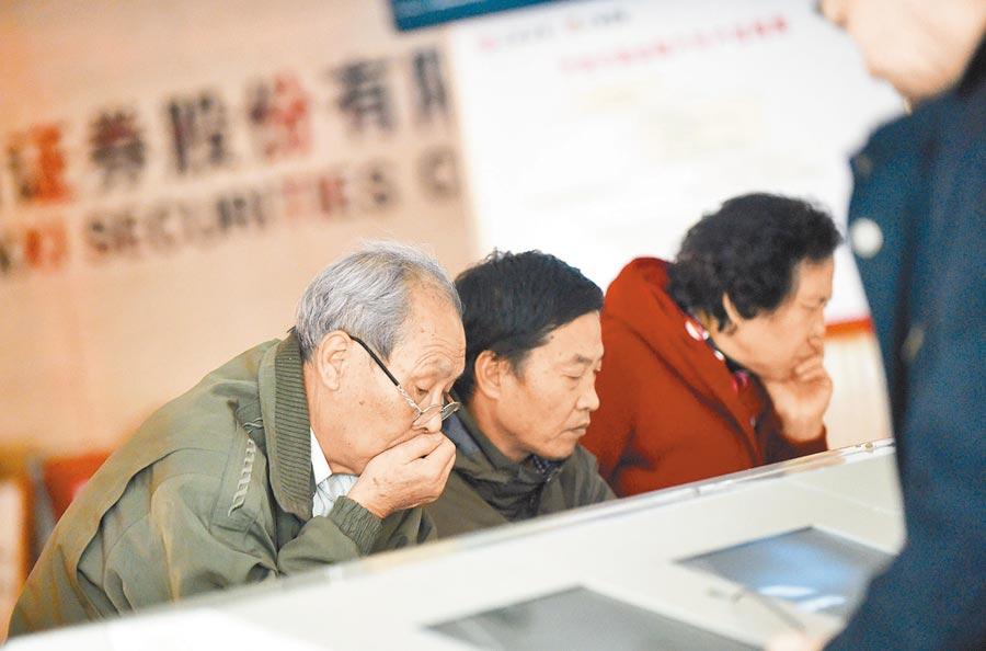 山西太原一證券交易所,股民在研究大盤走勢。(中新社資料照片)