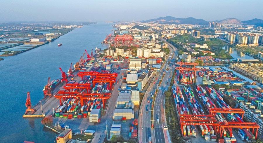 今年前7個月中山外貿進出口總值同比增長6.9%。圖為繁忙的中山港貨運碼頭。(夏升權攝)