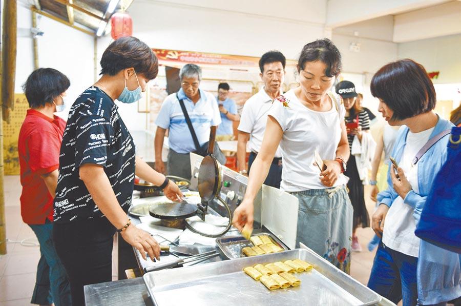 8月17日,中山陸配返鄉交流團來到小欖菊城酒廠參觀。(文波攝)