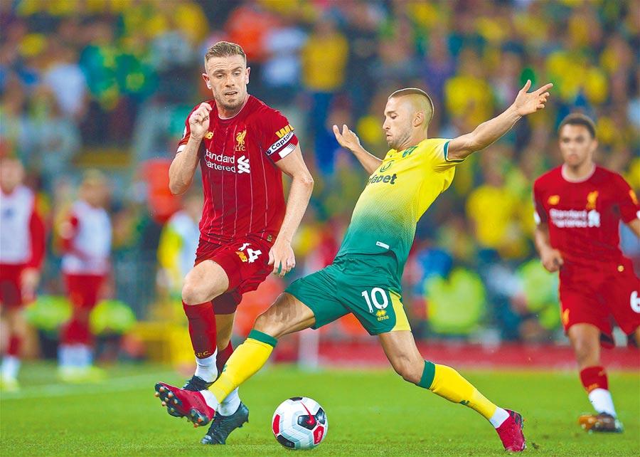 8月9日,英超揭幕戰在倫敦開賽,利物浦隊球員亨德森(左)與諾維奇隊球員萊特納拚搶。(新華社)