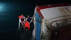 生死一瞬間 漁船觸礁沉沒 2船員攀船待救