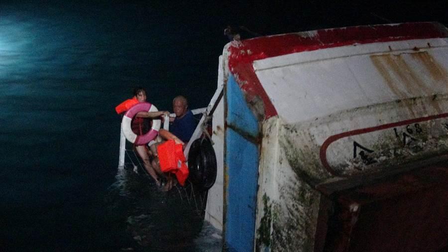 昨(26)日海巡隊於接獲有一船隻要進港時不慎觸礁,請求派艇前往援助。(圖/海巡隊提供)