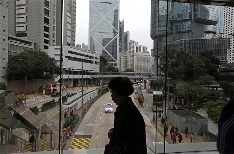 德國智庫警告,香港局勢動盪不安,金融中心地位恐不保。(圖為香港街景/美聯社資料照)