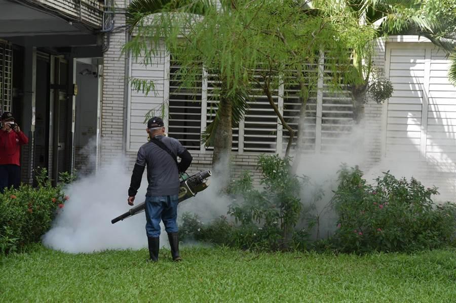 校園中的草地、樹林與潮濕處,是小黑蚊喜好棲息的場所,隨著開學日期間間逼近,花蓮市公所也加緊腳步對國中、小校園、公園及幼兒園周邊實行全面噴藥防治工作。(王昱凱攝)