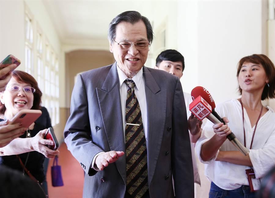 陸委會主委陳明通在閉門會議開始後抵達,不願受訪。(姚志平攝)
