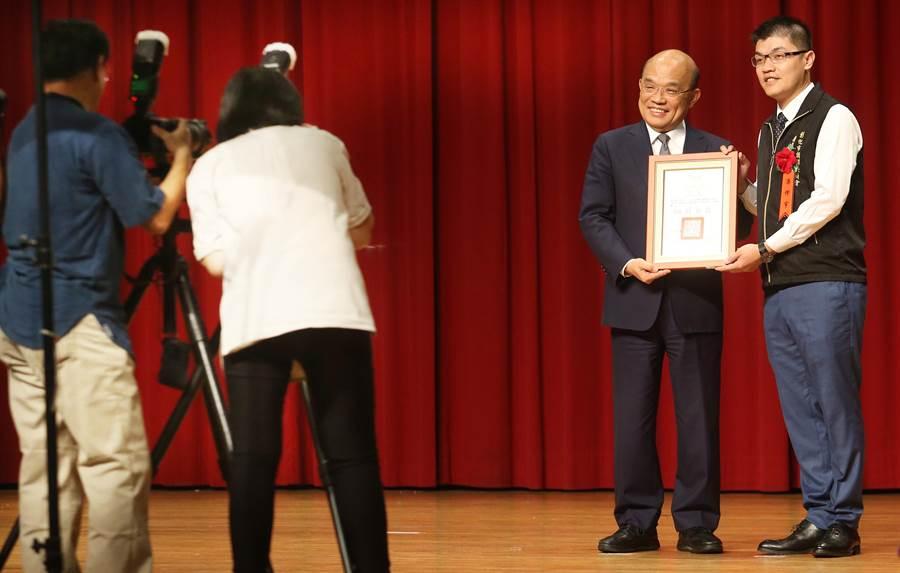 行政院長蘇貞昌(右二)出席「107年調解案件榮獲中央各獎項績優人員表揚大會」,並一一頒獎給獲獎者。(范揚光攝)