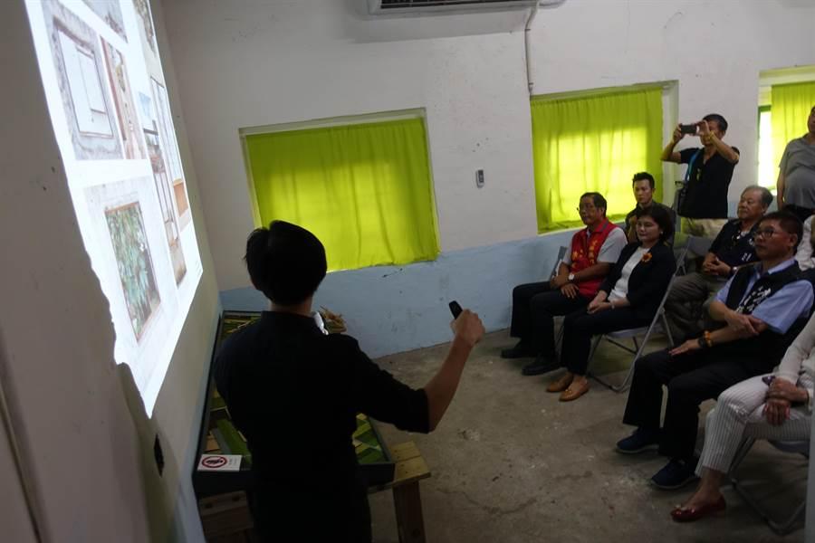 雲林縣虎尾建國一村再造完成,建築師吳聲明(左)簡報。(許素惠攝)