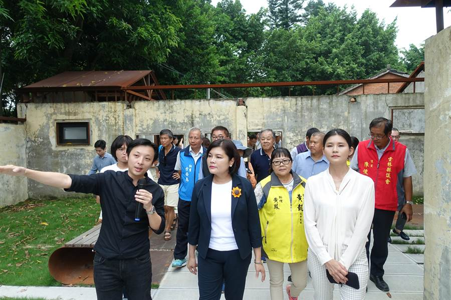 雲林縣虎尾建國一村再造完成,雲林縣長張麗善(左二)等人走訪,建築師吳聲明(左)簡報。(許素惠攝)
