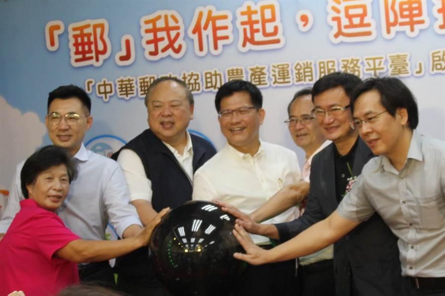台中市府近日小內閣改組,交通部長林佳龍(左4)表示,尊重盧市長的決定,並支持及期待。(陳淑芬攝)