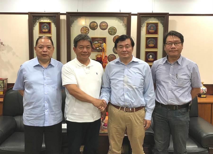 小英競選總部決策委員會召集人洪耀福(左三)邀台南市長議長(左二)擔任小英台南後援總會總會長。(洪榮志攝)