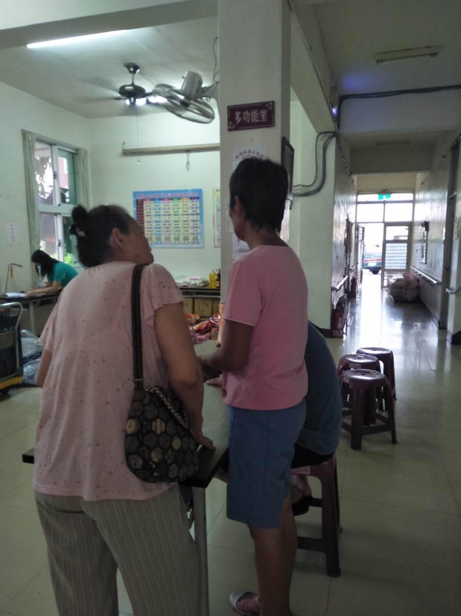 麻豆派出所巡佐吳孟宇日前協助一名身分不明女子(右一)找回家人。(劉秀芬翻攝)