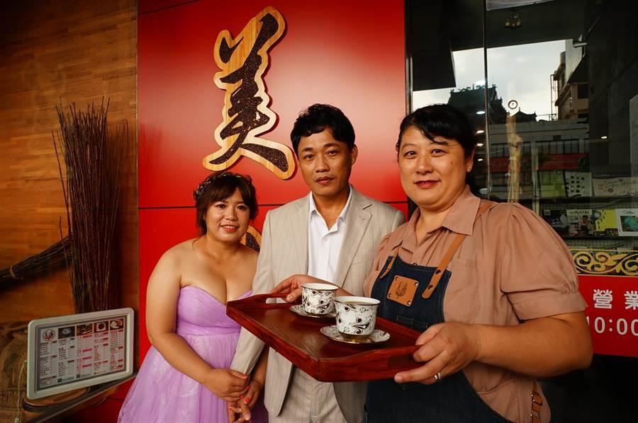 林美滿(右)在先生送給她1間咖啡店當禮物後,意外將美滿咖啡店經營成「相親佳地」,2年來不僅撮合多對情侶,27日還有新人返店拍婚紗照留念。(謝佳潾攝)