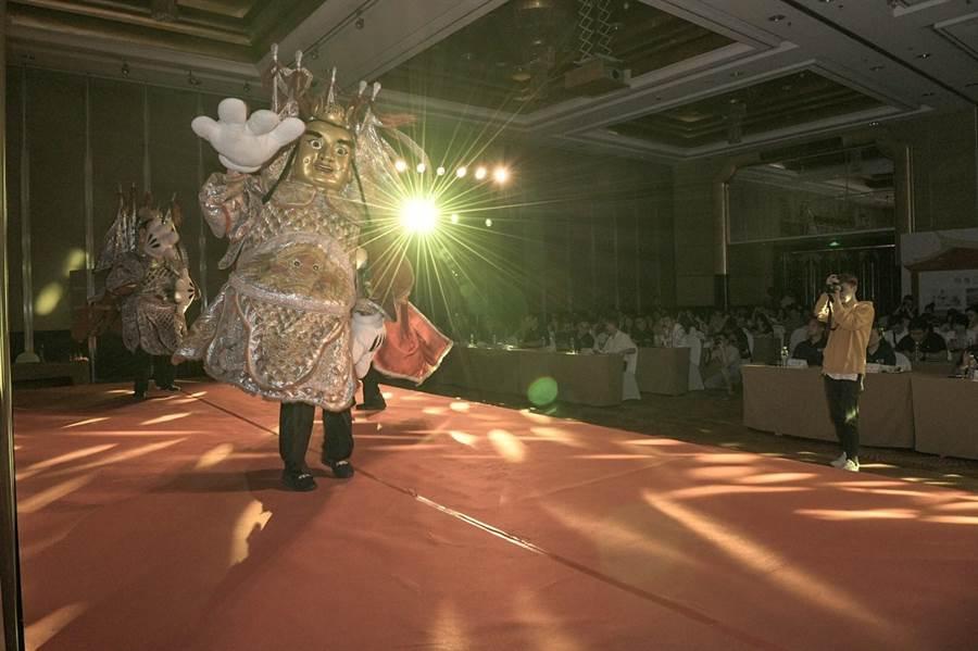 金門民俗表演「三太子」炒熱金廈旅遊推介會現場氣氛。(縣府提供)
