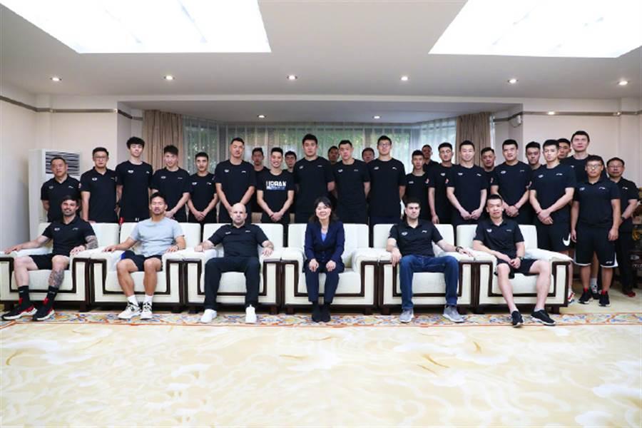 林書豪(第二排左7)加盟北京首鋼與球隊大合照。(摘自北京首鋼微博官網)