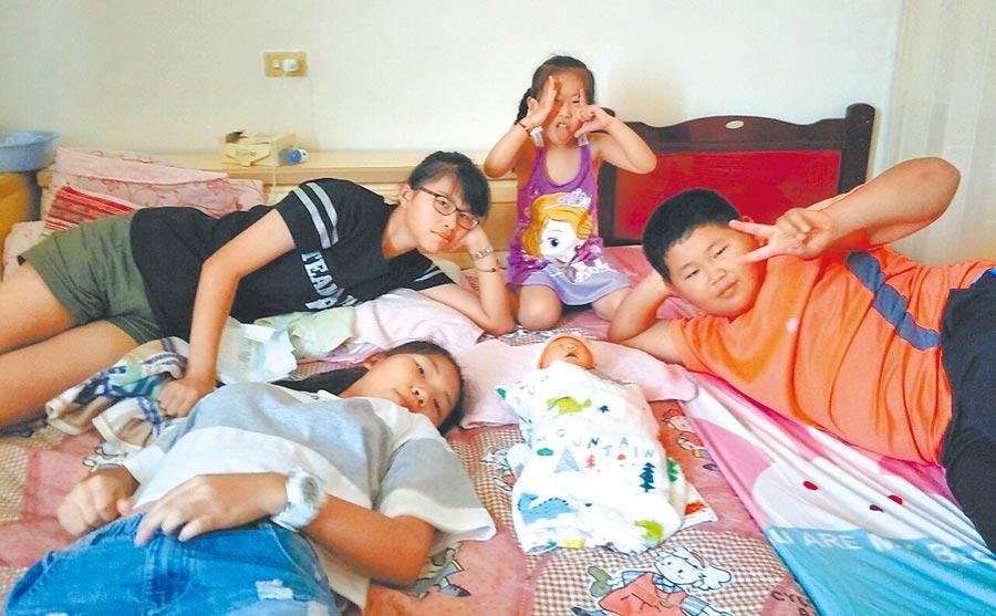 新竹市林姓夫妻喜獲第4胎,為新竹市今年首件申請第4胎津貼的夫妻,圖為4姊弟開心合影,後中紫衣為表姊妹。(陳育賢翻攝)