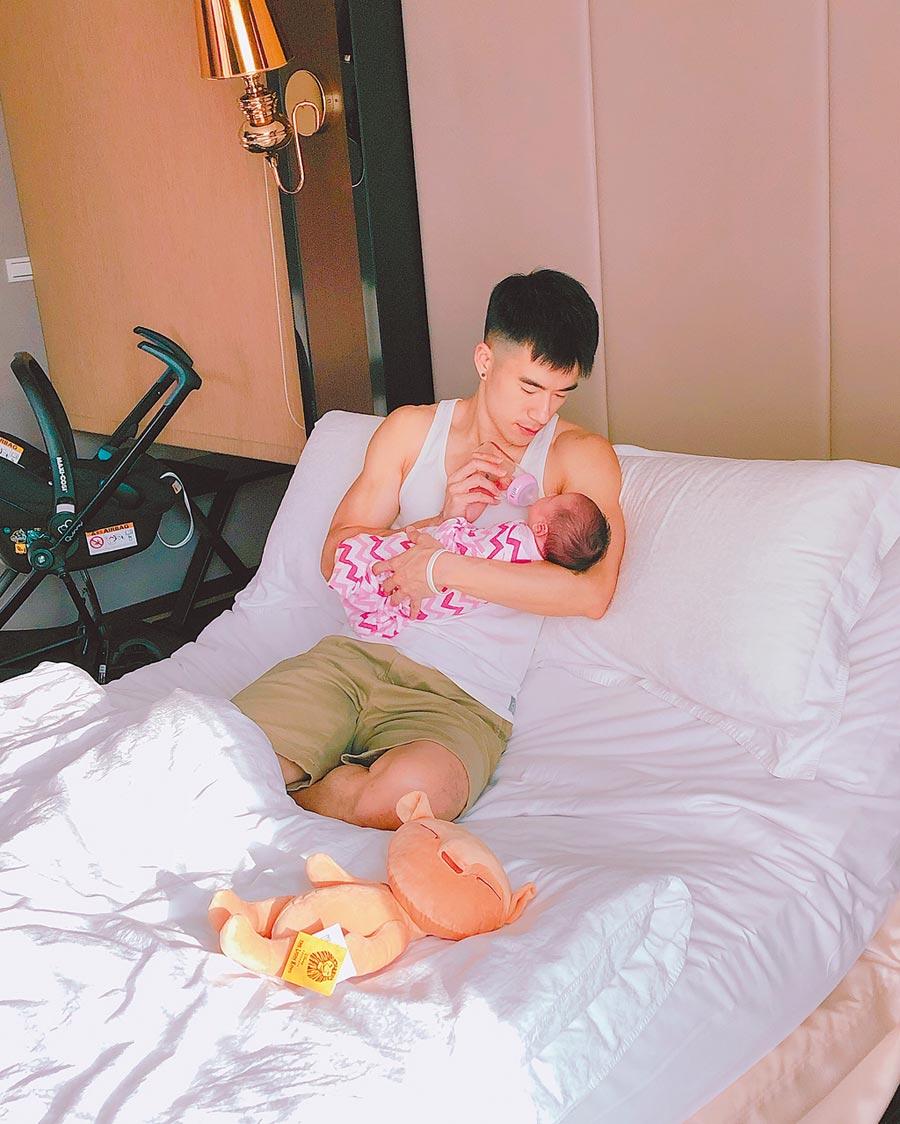 JR幫女兒晴晴餵奶的神情充滿慈愛。