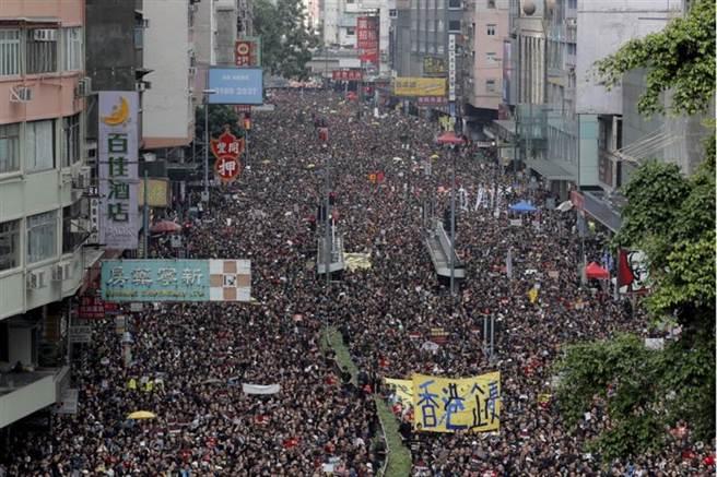 香港反《逃犯條例》示威,民陣晚上11時宣布,遊行人數接近200萬人。(圖/美聯社)