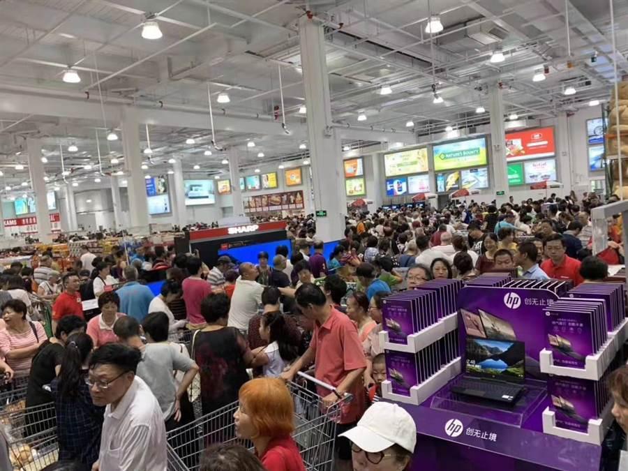 上海首間好市多開幕,瘋搶人潮擠爆現場。(翻攝自PTT)