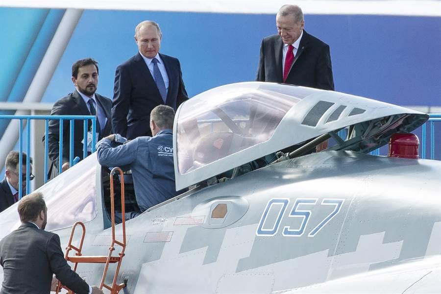 俄羅斯總統普丁(中)27日在莫斯科國際航太展中,向土耳其總統艾爾多安(右)大秀先進的蘇-57戰機。(美聯社)