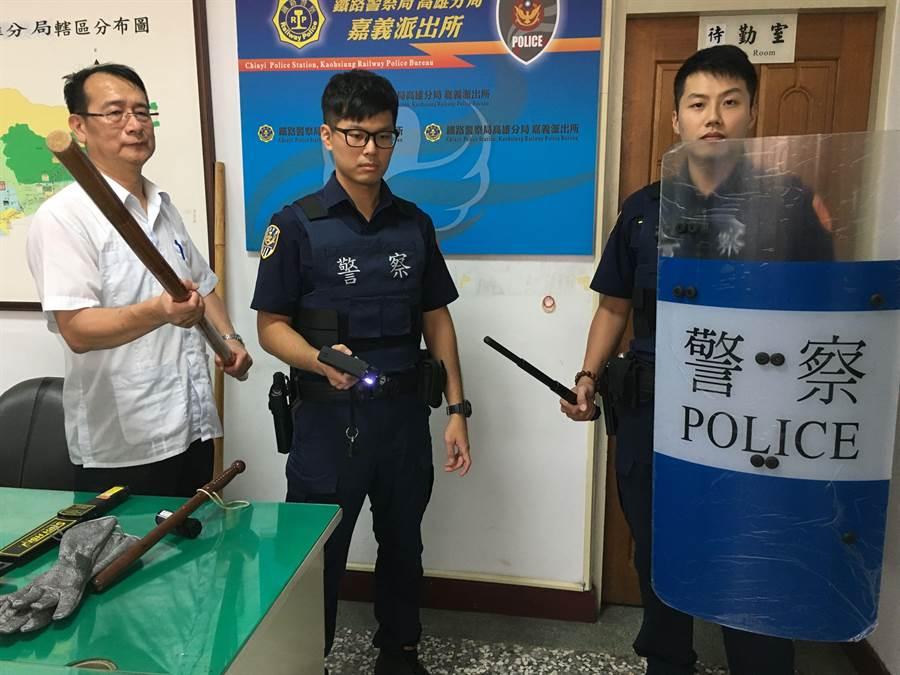 高雄鐵警分局長陳順和(左)展示金屬探測器、警棍、辣椒水噴器、棄式電擊器、防護手套等配備。(廖素慧攝)