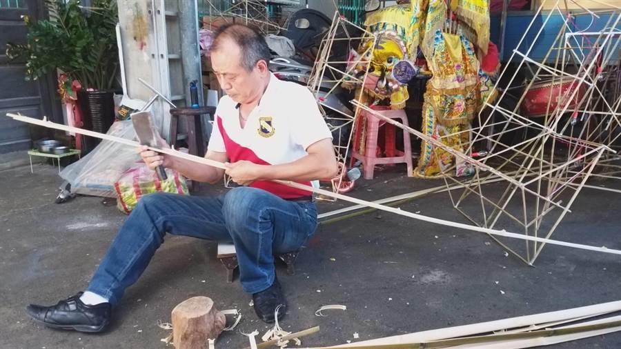61歲的林口區太平里長謝玉祥除了里政服務深受肯定,也是紙紮鋪第3代傳人。(吳亮賢翻攝)