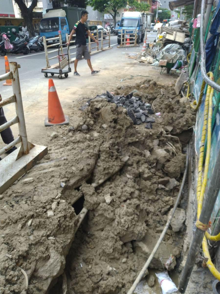 基隆市多處公共工程棄土無處可去,業者憂心工程延宕,盼市府協調解決。(許家寧攝)