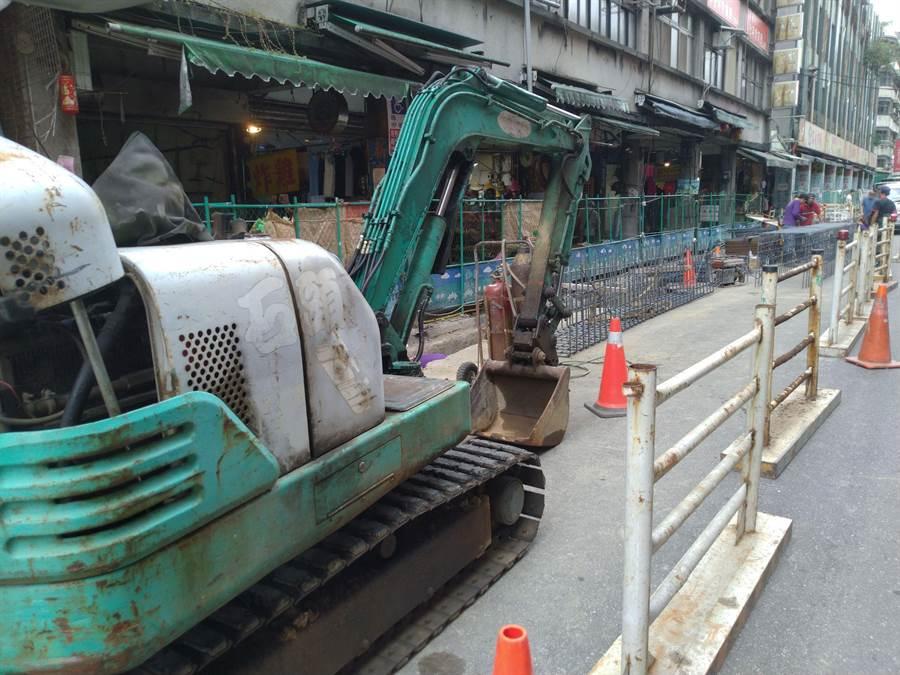 義六路雨水下水道工程占據一半車道,攤商、居民感到相當不便。(許家寧攝)