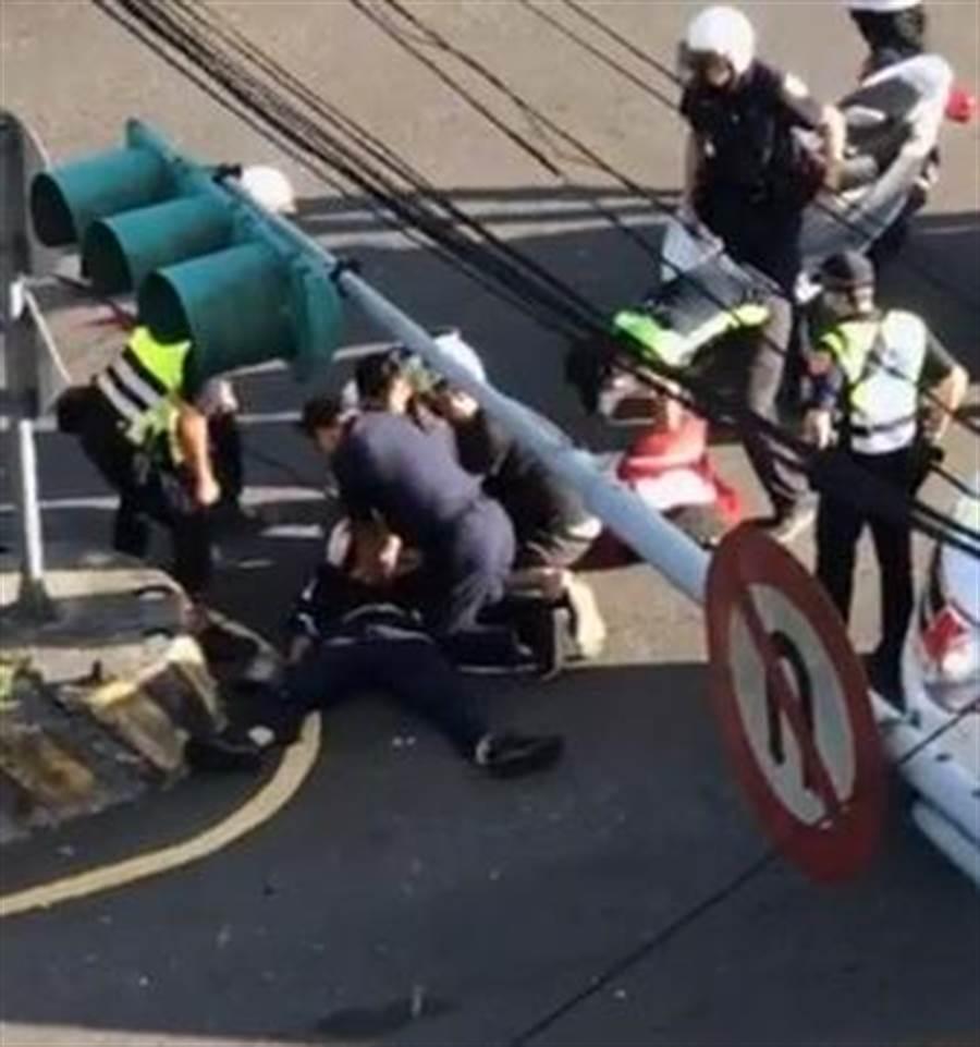 汐止分局薛姓員警追查一名逃逸車輛,機車自撞安全島傷重命危搶救中。(翻攝報廢公社)