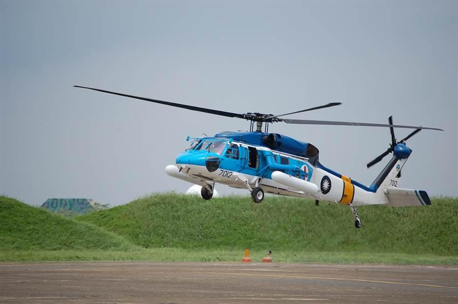 韓國籍貨輪在外海傳出2名船員燒燙傷,嘉義空軍基地出動海鷗直升機前往救援。(本報資料照)