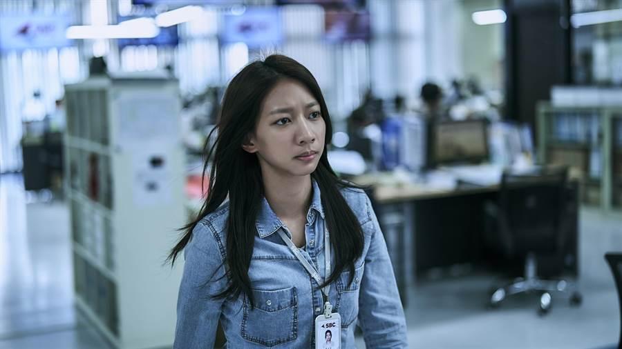 陳妤飾演新聞台助理編輯。公視提供