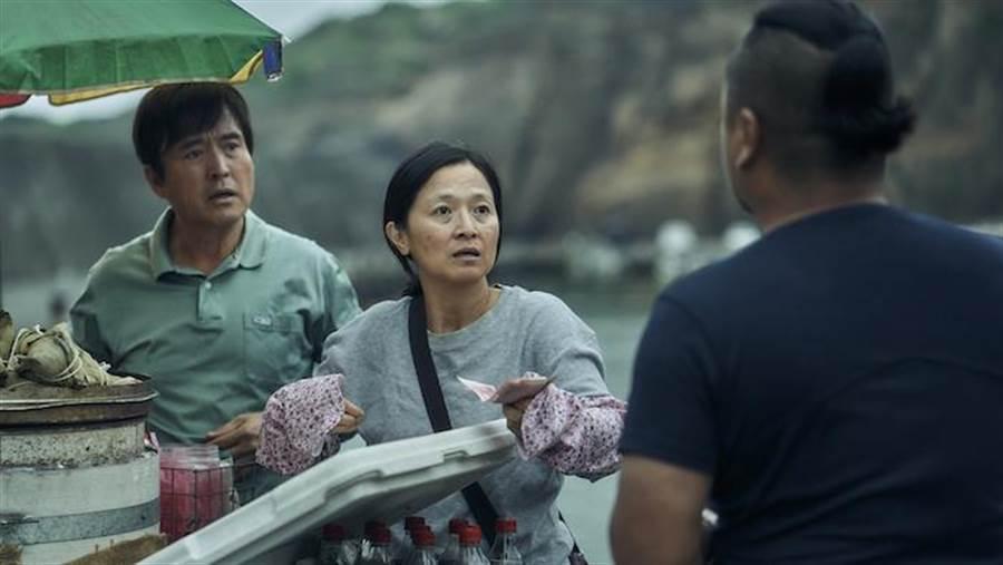 謝瓊煖(中)與檢場(左)摘下口罩重新生活,釣客(右)買肉粽300不用找,意外受到網友討論。公視提供