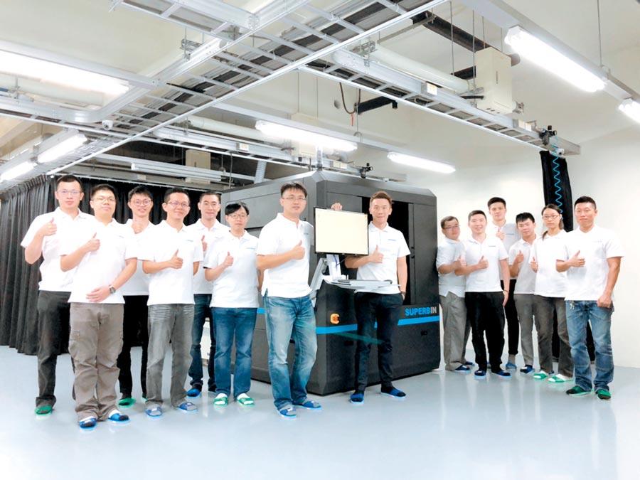 上儀公司總經理黃浩洋(前排右)與上儀技術長陳彥穆博士(前排左)和上儀(SuperbIN)團隊共同合影。圖/簡立宗