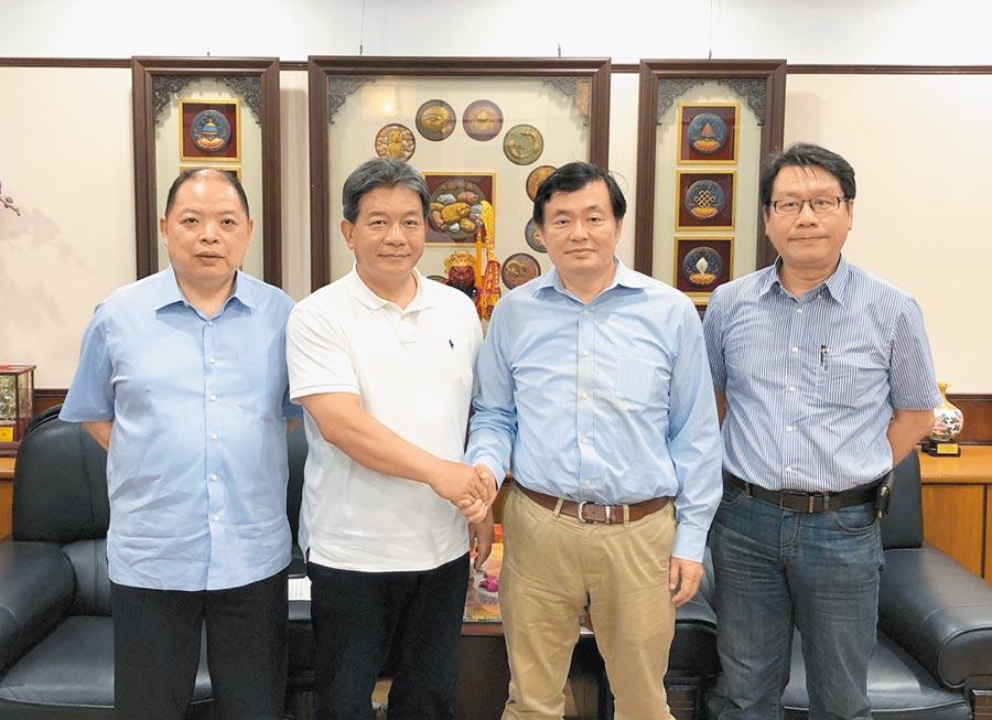 洪耀福(右)邀台南市議長郭信良(左)擔任小英台南市後援總會總會長。(洪榮志攝)