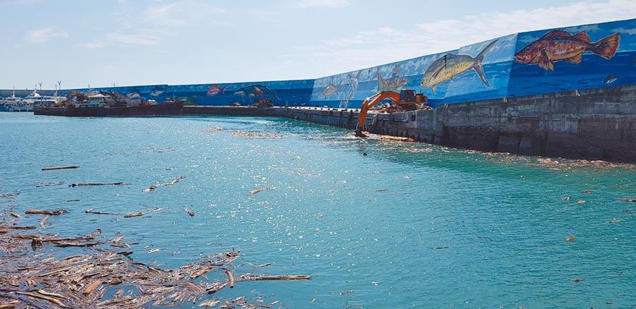 因白鹿颱風影響,漂流木塞爆富岡港,導致往返綠島、蘭嶼的交通船無法進出,漁船也無法作業,但神奇的是經過1晚漂流木幾乎不見蹤跡。(楊漢聲攝)
