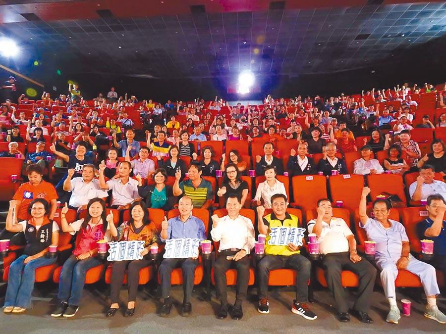 高雄市長韓國瑜(前排左四)27日揪工會幹部一起看電影,體恤及感謝他們默默付出。(柯宗緯攝)