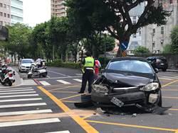 獨》狂駕駛逆向衝出巷口 撞毀對向來車