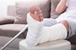 打石膏被醫標短腿好受傷 網曝特殊用意