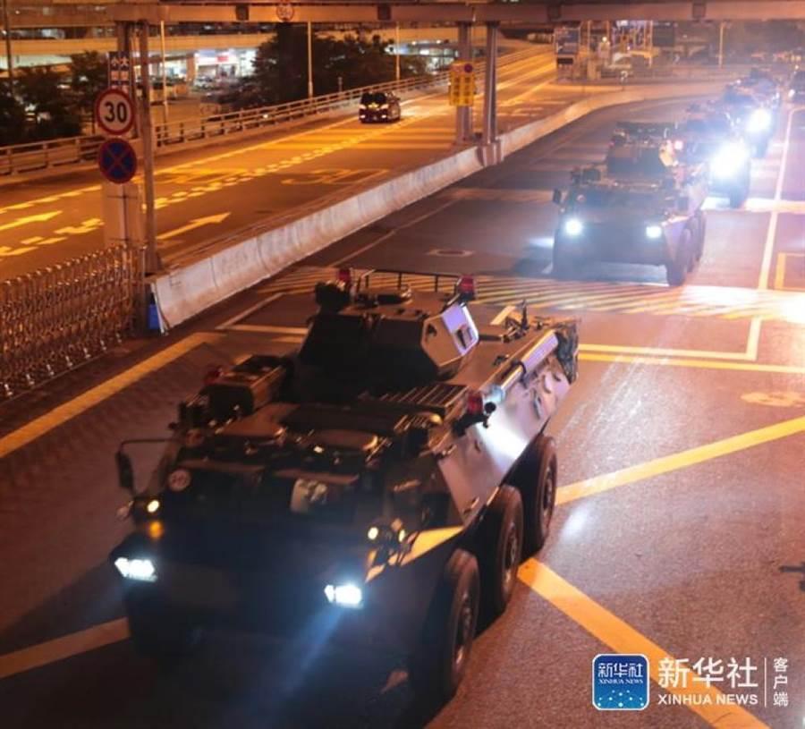 大陸解放軍大批裝甲車、運兵車通過香港皇崗口岸。