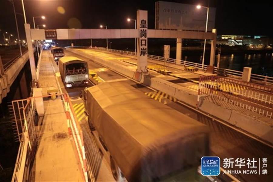 大陸解放軍大批裝甲車、運兵車通過香港皇崗口岸。新華社表示是正常論換。(圖/新華社)
