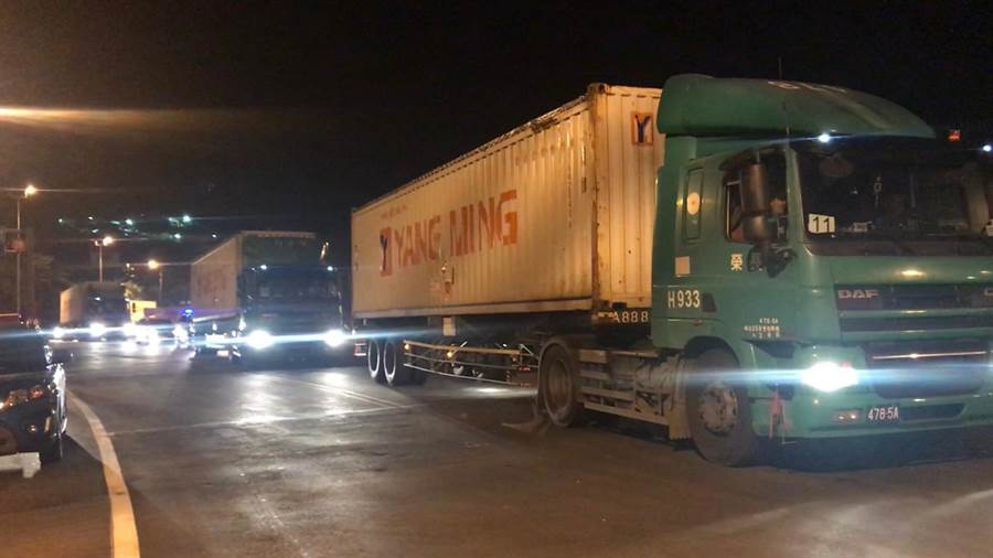 核四廠第四批燃料棒今凌晨運往基隆港赴美,廠內燃料棒確定不夠重啟一號機。(許家寧翻攝)