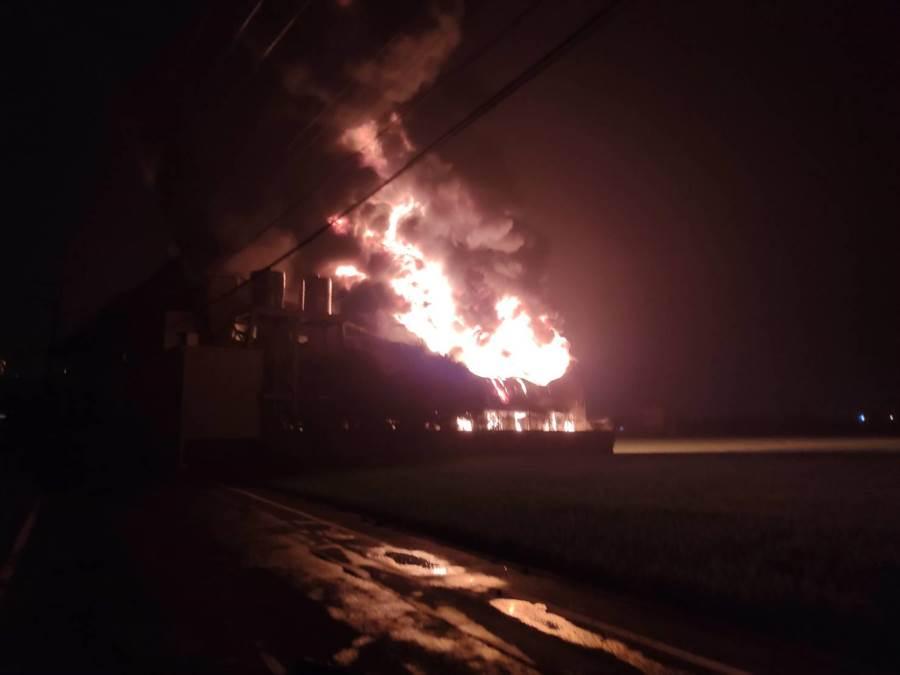 彰化埔心一家橡膠工廠凌晨發生火警,工廠陷入全面燃燒。(謝瓊雲翻攝)